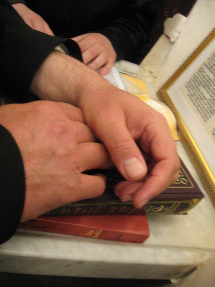 האדמו''ר מהאלמין שליט''א בחלוקה האדירה של ספרי זוהר בחינם ולימוד תיקוני הזוהר במירון (15)