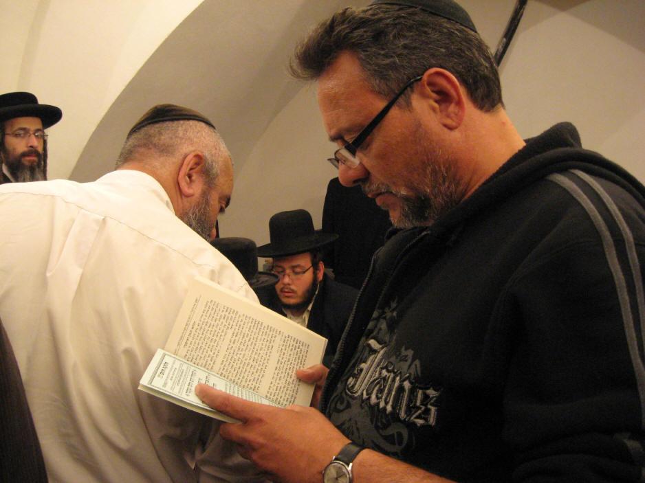 האדמו''ר מהאלמין שליט''א בחלוקה האדירה של ספרי זוהר בחינם ולימוד תיקוני הזוהר במירון (17)